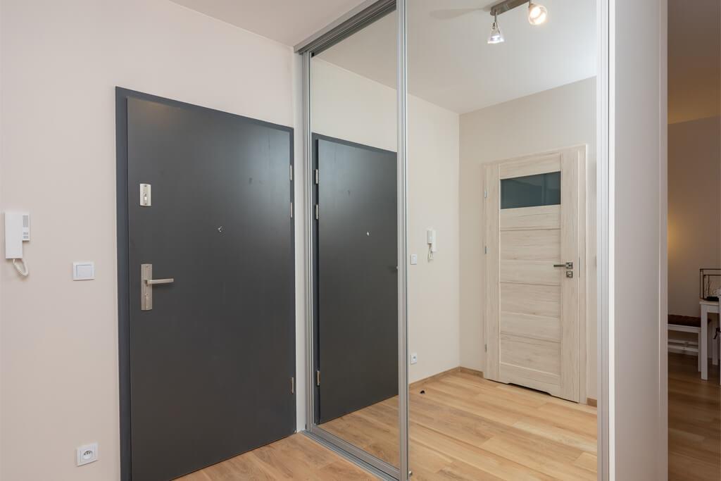 Drzwi przesuwne schowane za lustrem w przedpokoju?