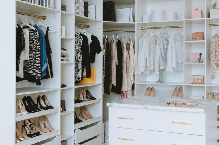 Read more about the article Garderoba czy szafa? – Jak odpowiednio urządzić sypialnię?